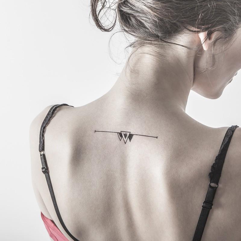 Angle mort tatouage ephemere geometrique dos